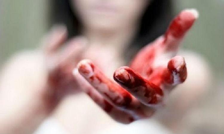 Девушка с окровавленными руками