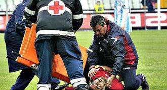 Итальянский футболист Пьермарио Морозини скончался после сердечного приступа на поле во время матча серии В между его командой «Ливорно» и «Пескарой».